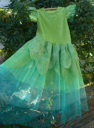 Créez une robe déguisement de Fée Clochette à partir de jersey, de tulles et tissus verts.  Taille : 6 ans pour le patron du haut mais facilement adaptable à partir d'un T-Shirt existant dans la taille appropriée.
