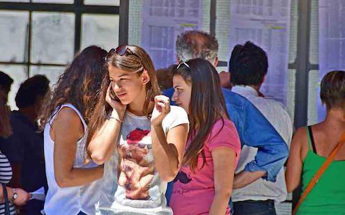 Πανελλαδικές: Πτώση βάσεων κυρίως λόγω Μαθηματικών #panelladikes #panellinies2017 #vaseis