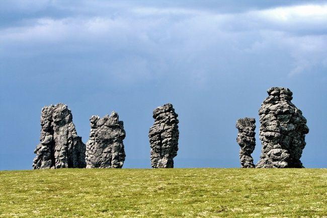 Огромные каменные столбы на плато Маньпупунёр в Республике Коми — это геологический памятник, входят в список Семи чудес России.