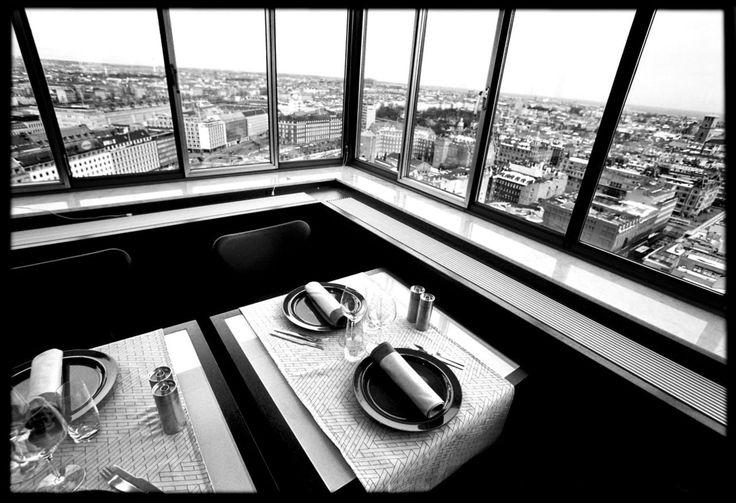 Gourmet-restauranten på 20. etage af Royal Hotel skråt overfor Tivoli er som klippet ud af design-magasinet Wallpaper. Arne Jacobsen-design ned til mindste detalje, nordisk mad med højt ambitionsniveau og byens bedste udsigt.