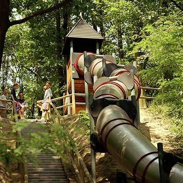 Speelpark Klein Zwitserland staat garant voor een gezellig familiedagje midden in de natuur. Het park heeft de langste dicht glijbaan van Europa!