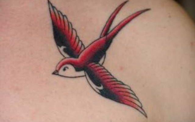 .BELLISSIMI TATUAGGI DI RONDINI FOTO E SIGNIFICATO .Una o più rondini, il tatuaggio della libertà – Simbolo di libertà, di buona fortuna e di felicità eterna, le rondini sono entrate prepotentemente nel mondo dei tatuaggi dall'inizio del '900 quando  #tatuaggi #foto #rondini #significato