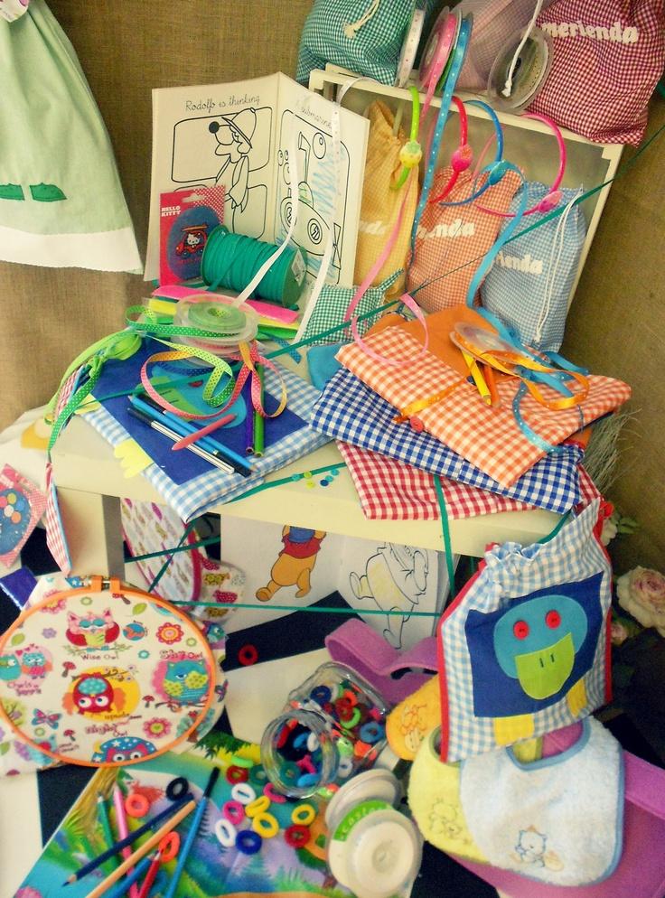 Nuevo escaparate en Castelltort!    http://www.creadiy.com/2012/07/preparando-la-vuelta-al-cole.html