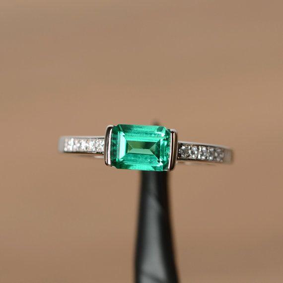 È anello di smeraldo laboratorio cresciuto, la pietra principale è di circa 5 mm 7 mm, smeraldo taglio, peso di circa 0,85 carati. Il metallo base è argento e rodiato.  Per modificare il metallo a una tinta oro (bianco/rosa) o platino è inoltre disponibile, si prega di chiedere un preventivo se volete.  Si può anche andare a casa mia negozio per gli anelli più eleganti: https://www.etsy.com/shop/godjewelry?ref=hdr_shop_menu  Emerald è portafortuna del mese di maggio. Anelli di smeraldo in…