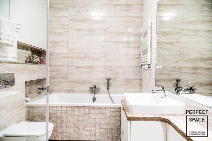 Aranżacja wnętrza łazienki z wanną. Spokojna kolorystyka łazienki (kilka odcieni beżu) oraz celne połączenie różnych faktur pozwala na pełen relaks podczas długich kąpieli.