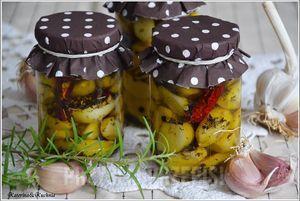 Czosnek marynowany w oliwie i ziołach
