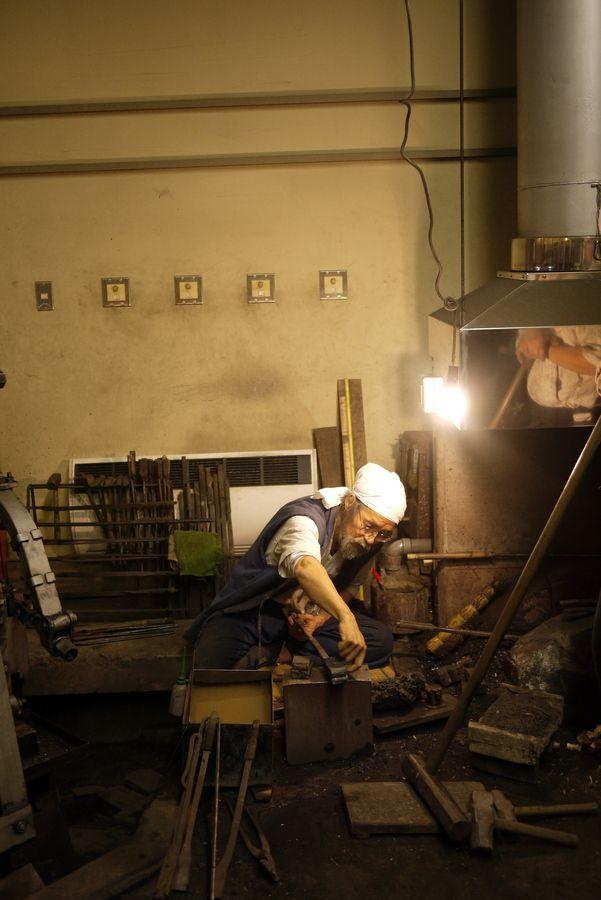 Japanese katana blacksmith , Korehira Watanabe.: Katana Blacksmithing, Japanese Katana, Katana Swords, Poker Chips, Awe Inspiration, Martial Art, Samurai Warrior, Japan Katana, Korehira Watanabe