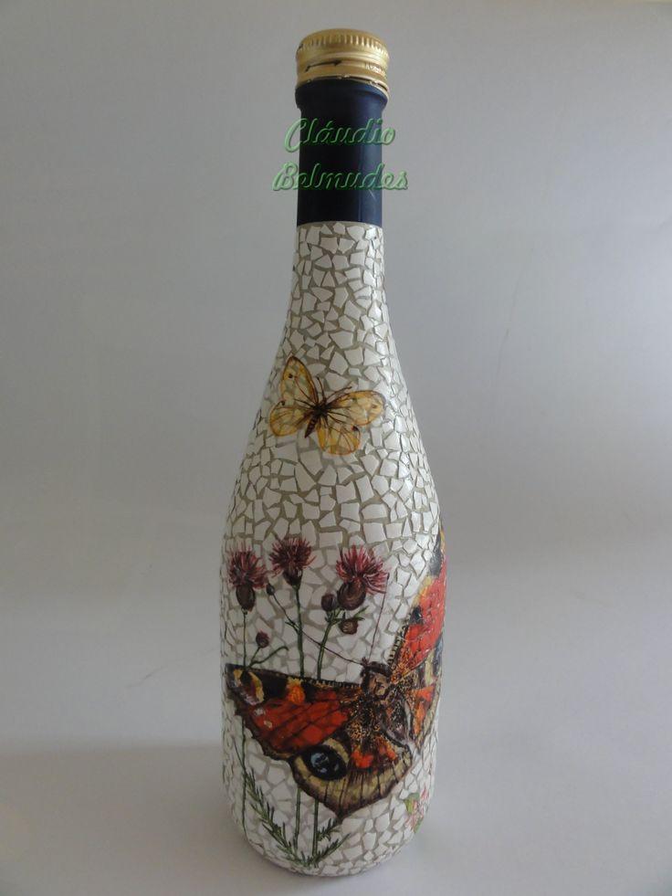 Garrafa decorada com cascas de ovos e decoupagem