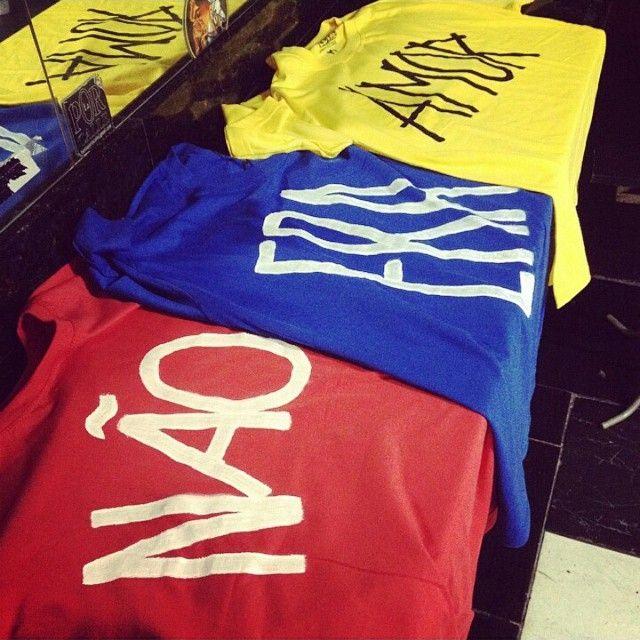 Camisetas feitas para a estreia da banda Cilada, do @eneiasbrum, na festa Brasil Pandeiro, só de pagode anos 90. Muita alegria em fazer parte desse projeto! #tshirt #camiseta #handmade #letalcamisetas #customizacao #diy #molejo #pagode #musica