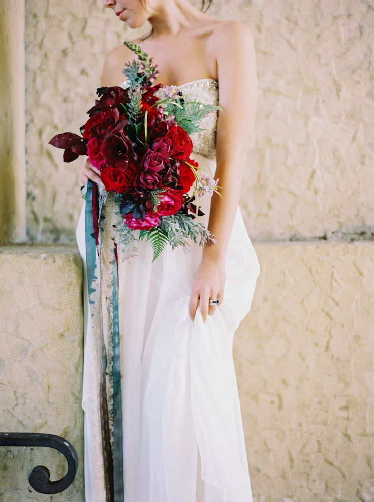 Romantic Red and Pink Wedding Bouquet Ideas | Wedding Sparrow | Mariel Hannah Photography
