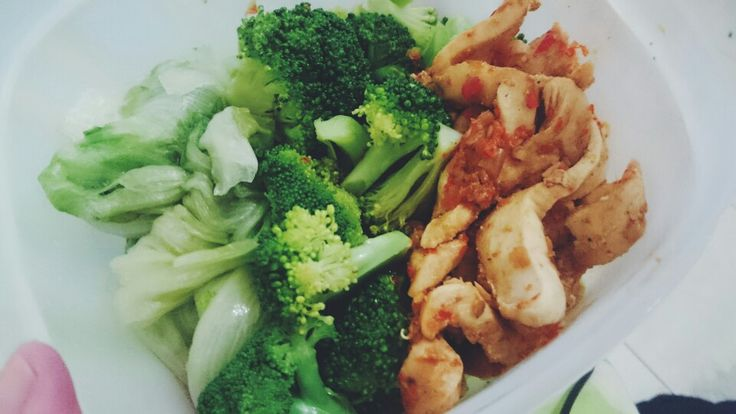 Steamed broccoli and lettuce wuth spicy chicken
