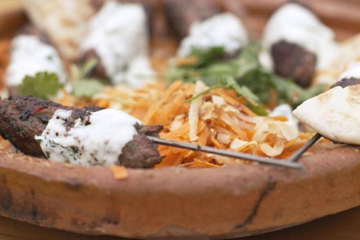 Gehakt smaakt altijd, òòk op de barbecue. Geïnspireerd door zonnige vakantiebestemmingen grillt Jeroen kebabs op een stokje. Hij mengt lamsgehakt met varkensgehakt, wat een extra smeuïg gehaktmengsel oplevert. De spiezen worden geserveerd met een salade met wortel een koolrabi en een yoghurtsaus met verse munt.