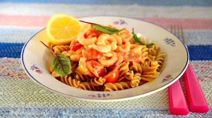 Kermainen kastike saa raikkautta tomaateista ja sitruunasta. Pakastekatkaravut ovat arjen pelastaja, kun mieli tekee äyriäisiä.