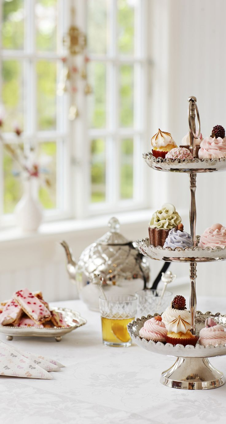 There are lots of delicious looking treats on this afternoon tea cake stand!