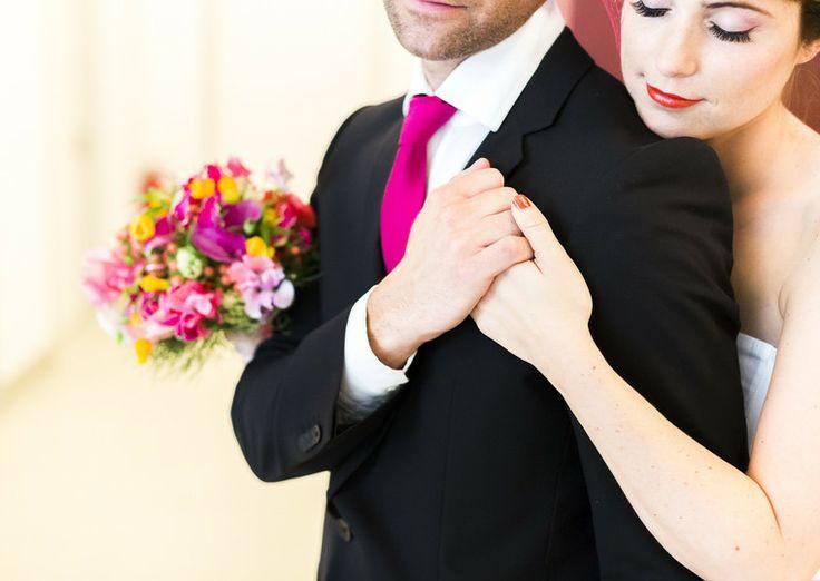 Bräutigam mit pinker Krawatte passend zum Hochzeitskleid mit Farbe, bunter moderner Brautstrauss von die Blumenbinder in Düsseldorf (Foto: Le Hai Linh, Violeta Pelivan, Hanna Witte) (http://www.noni-mode.de)