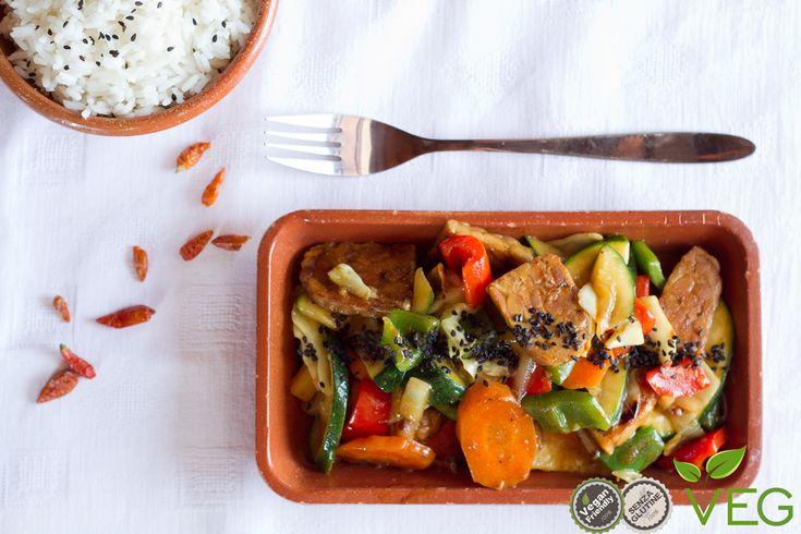 Il tempeh con verdure è una ricetta che vi invitiamo a provare per scoprire questo alimento ricco di proteine vegetali che viene dalla tradizione orientale!