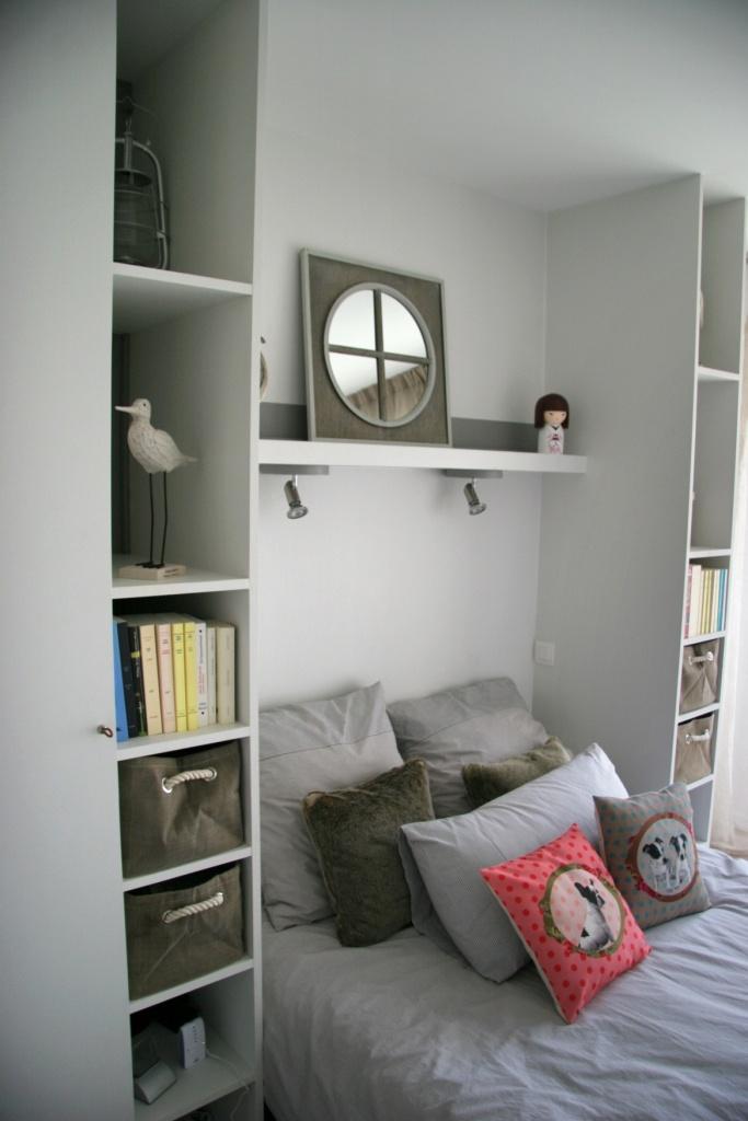 Idée rangement : un ensemble placards/étagères sur mesure. Une solution esthétique pour gagner de la place dans les petits espaces. MyHomeDesign, où comment associer les aspects décoratif et pratique.