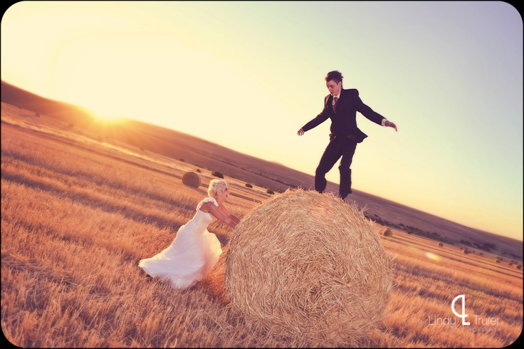 #www.lindytruter.com #funnycoulpleshootshot #haybale #field