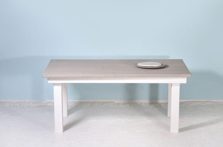 SPRENGEL ist ein Tisch im klassisch-rustikalen Look mit einer einfachen, reduzierten Formgebung.   Die 4 cm starke Tischplatte wurde mit Wachs auf Kreidebasis behandelt, wodurch ein sogenannter Grey-Wash Effekt entsteht. Das massive Bauholzgestell ist hingegen in reinem Weiß lackiert. Vielseitig einsetzbar eignet sich SPRENGEL als Esstisch in der Küche oder im Wohnzimmer oder als Schreibtisch im Arbeitszimmer. Die rustikale Optik schafft ein natürliches, warmes Raumgefühl.