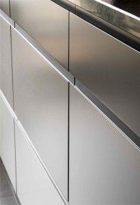 Détail meubles cuisine en camaïeu de gris.