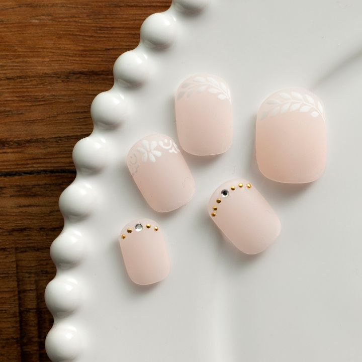 [短い爪] 指先を綺麗に見せる、まろやかなピンクベージュをチョイス。さらにマットコートで仕上げることで、アンニュイなすりガラスの質感に。アートを爪先に施すことで、視覚的に爪を長く見せる工夫も。