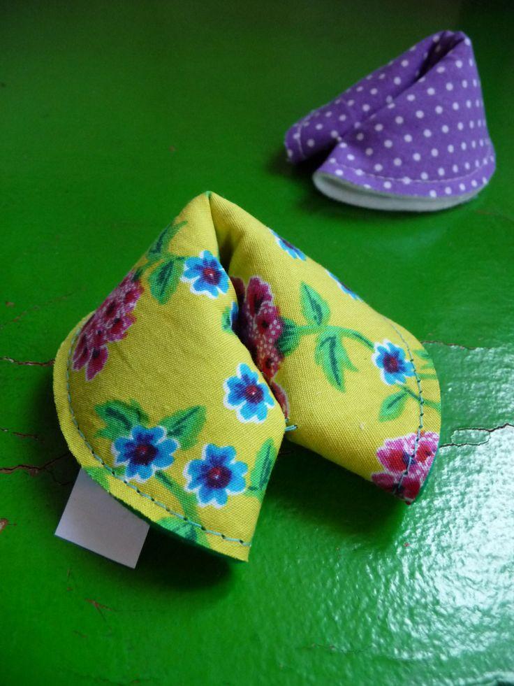 Da man Glück ja bekanntlich am besten teilt, habe ich meine heutige Glückskeks-Produktion Schritt für Schritt fotografiert. Die Kekse sind...