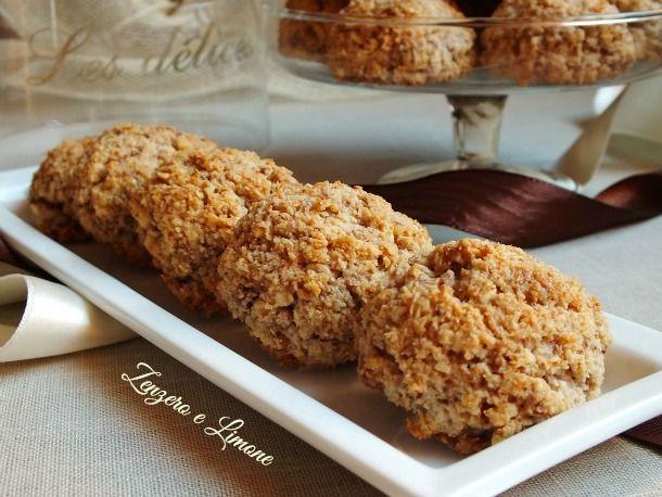 Questi dolcetti con cioccolato, mandorle e cocco hanno un impasto leggermente granuloso, ma comunque morbido e, inoltre, sono senza burro!