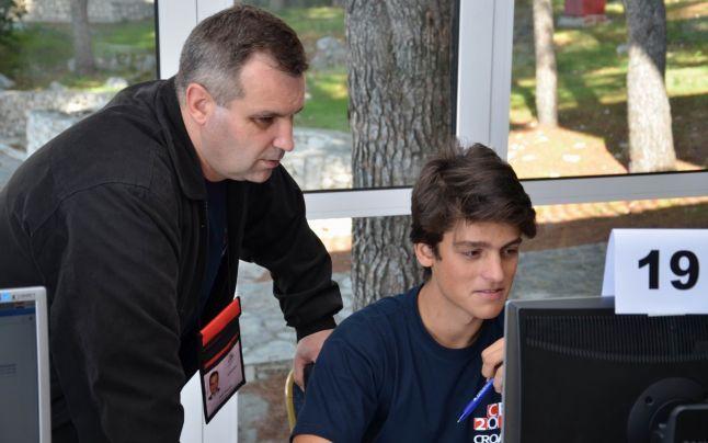 """Profesorul vasluian Dan Pracsiu, antrenorul minţilor geniale din informatică: """"Învăţământul românesc cultivă individualitatea, egoismul"""""""