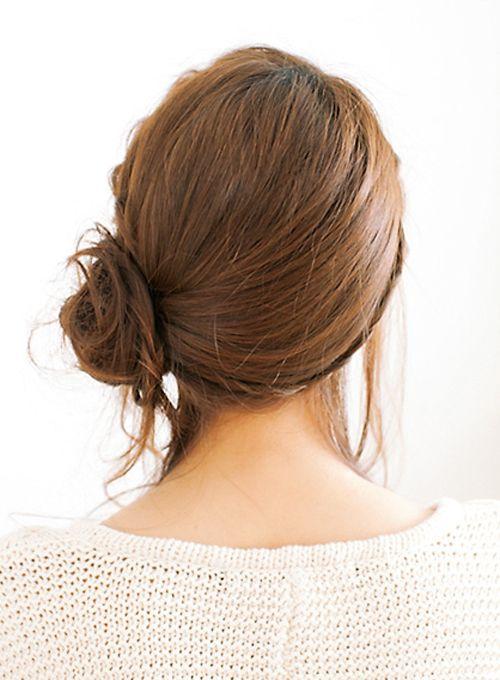 ③編んだ毛束も含め、髪全体を左サイドでまとめる。ゴムで結ぶ前に衿あし、こめかみ上、耳前の髪をおくれ毛として取り出しておく。④左耳の後ろあたりでサイド結びをしたら、毛束をゴムのまわりにゆるく巻きつけておだんごに。四隅をアメピンでとめて固定する