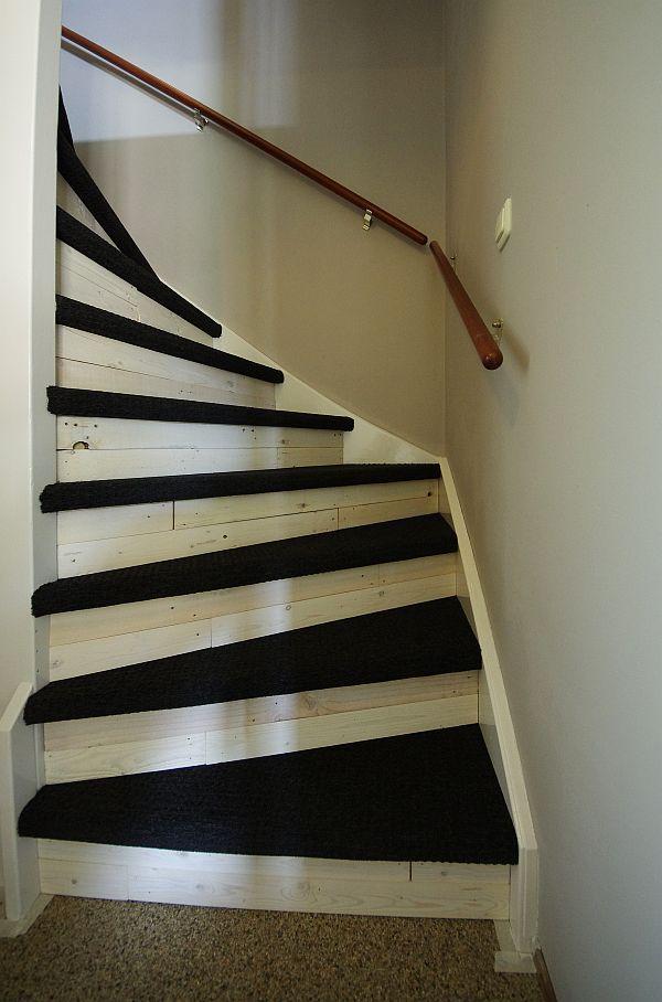 De trap is klaar  Nieuwe vloerbedekking op de treden  Wit geverfd pallethout tegen de