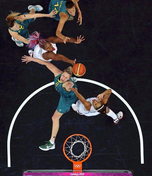 Olympics 2012: Die australische Basketballerin Suzy Batkovic (Mitte) greift nach dem Rebound ihrer französischen Gegnerin Emmeline Ndongue (links): In der Vorrunde der Gruppe B überraschte Frankreich mit einem 74:70-Sieg gegen die Australierinnen.