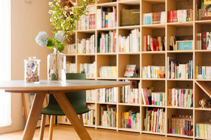 コペンハーゲン大学の為にデザインされたHAYのテーブルとダイニングの椅子はライブラリーにぴったり♪