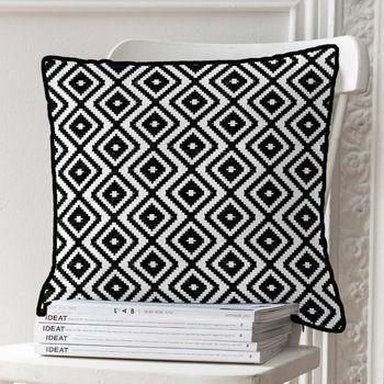 #coussin #deconoiretblanc #black&white #deco #decoration http://www.decoration.com/coussin-ikat-noir-et-blanc-carre-delamaison,fr,4,LCO3189034.cfm Optez pour un look tendance avec ce coussin motif ikat noir et blanc qui donnera beaucoup de caractère à votre décoration. Ce coussin carré est parfait pour décorer e salon, l'entrée ou la chambre.