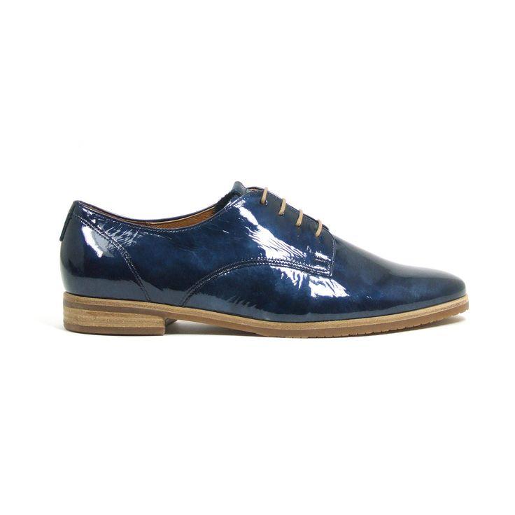 """Platte veterschoenen van Gabor, model 22.655! Deze dames schoenen zijn helemaal van leer en uitgevoerd in spannend blauw metallic lak. De schoenen hebben het label comfort deze modellen uit de productgroep """"Comfort"""" biedt Gabor schoenen aan in de wijdtes G (extra wijdte) en H (comfortabele extra wijdte). Dit betekent, dat deze schoenen meer volume bij de bal van de voet en op de wreef hebben en zo voor iedere voet de noodzakelijke ruimte scheppen. Dit model heeft een G-leest."""