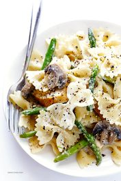 Pasta with goat cheese, chicken, asparagus and mushrooms   – Italian Food