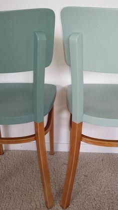 chaises bistrot Thonet repeintes pour un effet mat et bois au top. Un DIY qu'on adore