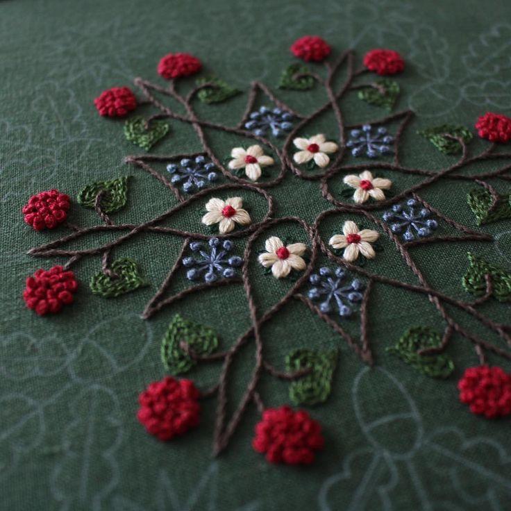 * 『雪華模様』始めました〜 * ミセス12月号掲載 〈樋口愉美子の季節のステッチ〉 * 12月号はやっぱクリスマスモチーフでしょ、とは思っていましたが、植物や雪の結晶まで絡めたデザインとは、流石樋口さんです。 * 比較的好きな部分はサクサク進んで、これから苦手なサテンSが怒涛のように襲ってきます。 憎っくきどんぐりめ * * #embroidery #yumikohiguchi #樋口愉美子 #ミセス12月号掲載 #樋口愉美子の季節のステッチ #雪華模様 #恐怖のサテンステッチ #テンション下がってます #今日は仕事