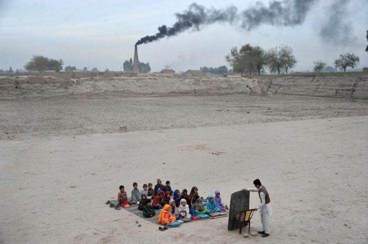 1er décembre. Ecole en plein air dans un camp de réfugiés dans les faubourgs de Jalalabad, enAfghanistan.
