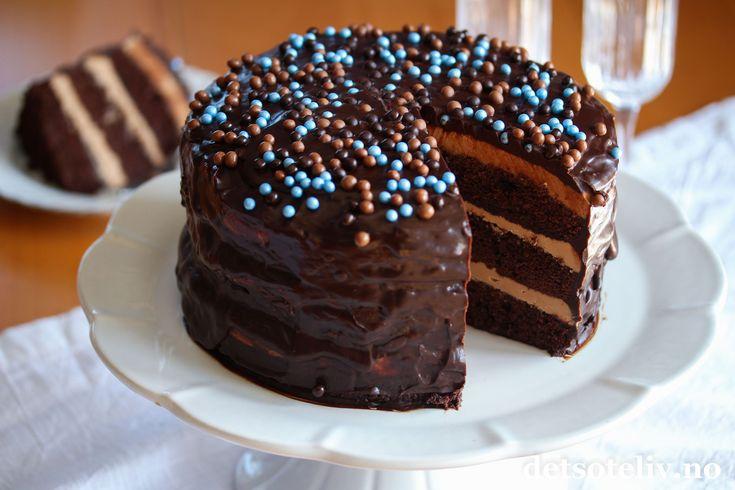 Nei dere, ingen grunn til å ha det spartansk og kjedelig i januar! Hva med å slå til, og lage en høy og flott og superdigg Sjokoladekake med lys sjokoladekrem i helgen? Du vil ikke angre..