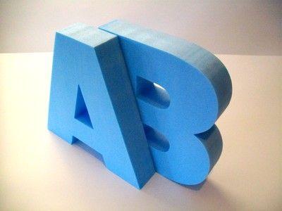 Piepschuim letters als initialen bij een bruiloft