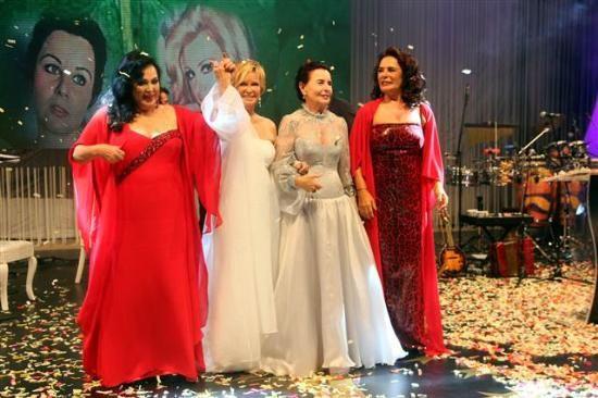 Dört Yapraklı Yonca - Türkan Şoray, Filiz Akın, Fatma Girik, Hülya Koçyiğit - Altın Koza açılış töreni 2013 - Adana'da bu yıl 20'incisi gerçekleştirilen Altın Koza Film Festivali'nin açılışı renkli görüntülere sahne oldu. Açılış törenin onur konuğu olan 'Yeşilçam'ın 4 Yoncası' olarak anılan Türkan Şoray, Hülya Koçyiğit, Fatma Girik ve Filiz Akın, Adanalılar'ın sevgi seliyle karşılaştı. Bu sanatçılara, ünlü aktörler Halit Ergenç, Sinan Tuzcu, Yiğit Özşener ve Yetkin Dikiciler eşlik etti.