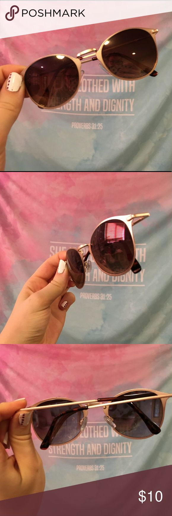 Gold Steve Madden Sunglasses Gold frame sunglasses ✨ only worn once! Great condition! Steve Madden Accessories Sunglasses