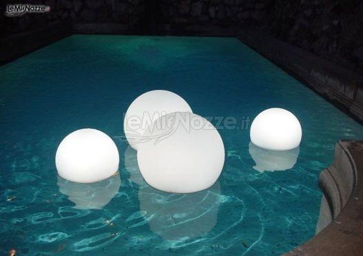 Lanterne bianche galleggianti.
