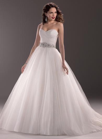 Maggie Sottero ALEAH - Tradičné svadobné šaty s modernými prvkami v podobe flitrami posiateho tylu a bohatého Swarovski opasku.