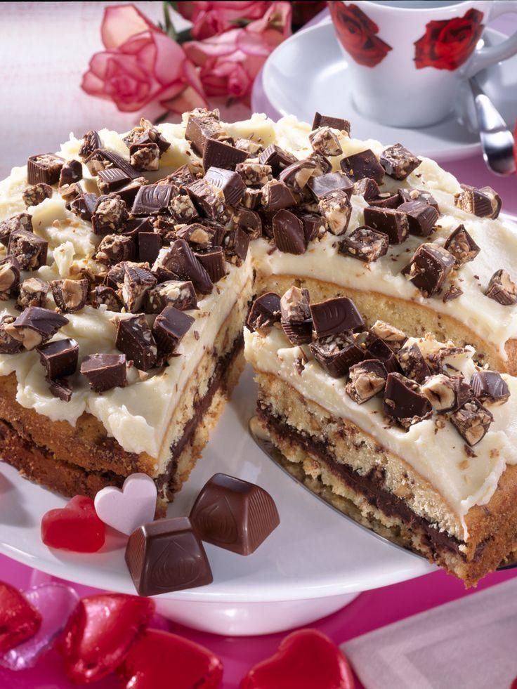 Wenn du Küsschen magst, wirst du die Küsschen-Torte lieben! Feine Sahne samt Frischkäse, garniert mit knackigen Nusspralinen - diese