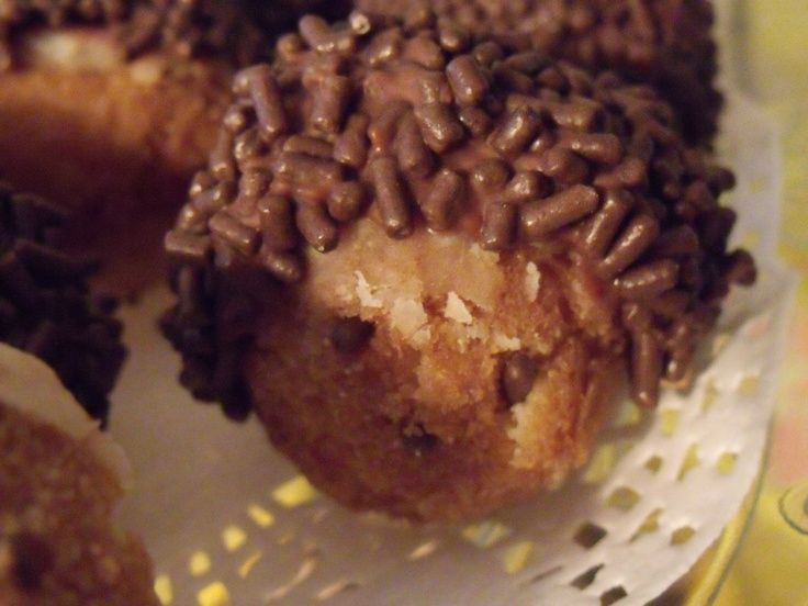 Donut hole hedgehogs! K-ute and easy to make using store-bought donut holes.