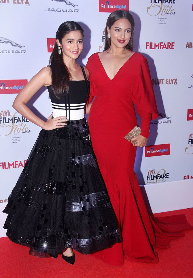 Alia Bhatt and Sonakshi Sinha at the 2015 Filmfare Glamour And Style Awards. #Bollywood #Fashion #Style #Beauty #Hot #Cute