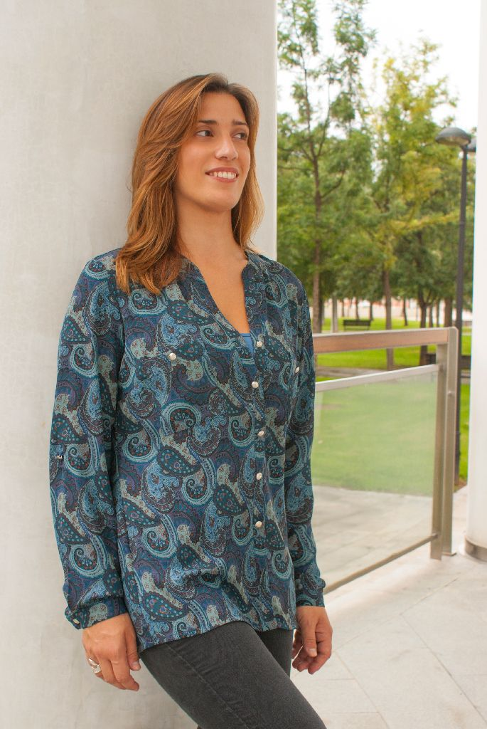 BLUSA ESTAMPADA:  Blusa estampada de tonos azules y manga larga, ideal para tus looks informales. Disponible en azul y en granate. Composición:100%poliéster