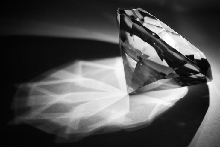 batu berlian ada beberapa warna, salah satunya berlian putih atau yang biasa dikenal tanpa warna, serta berlian hitam. Bagaimana membedakannya?