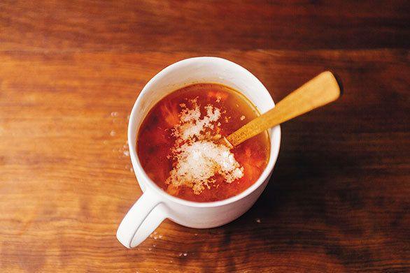 スプーンでつぶしながら味わうのが何とも楽しい「焼きトマトのスープ」と、焼き海苔とタレで和えればあっという間においしく出来上がる「ブロッコリーの海苔ナムル」のレシピをご紹介!